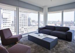 Family suite Urban Residences Rotterdam woonkamer